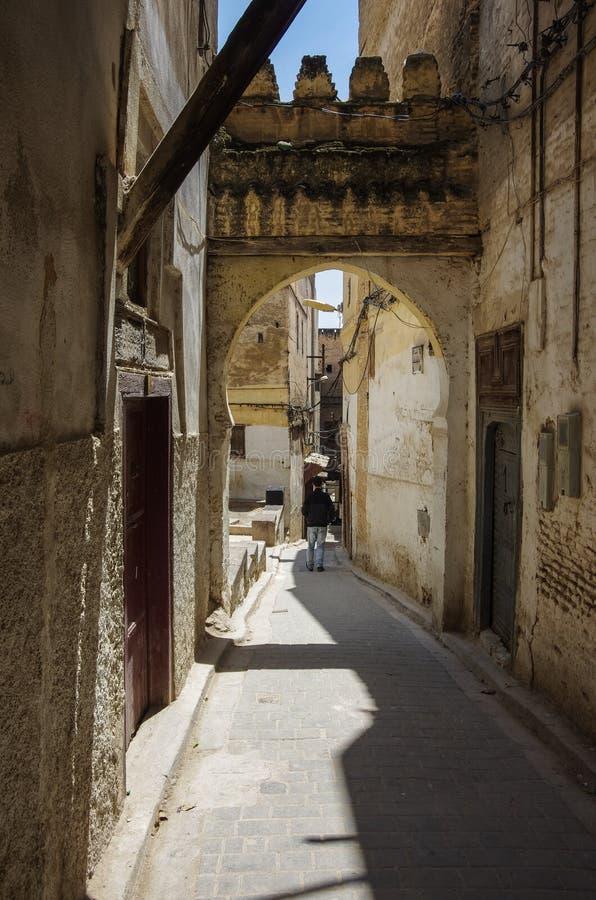 Eine schmale Straße beim Medina von Fez stockfotografie