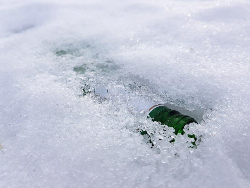 Eine Schneeflasche und -gummi auf dem Schnee im Winter oder im Fr?hling lizenzfreie stockbilder