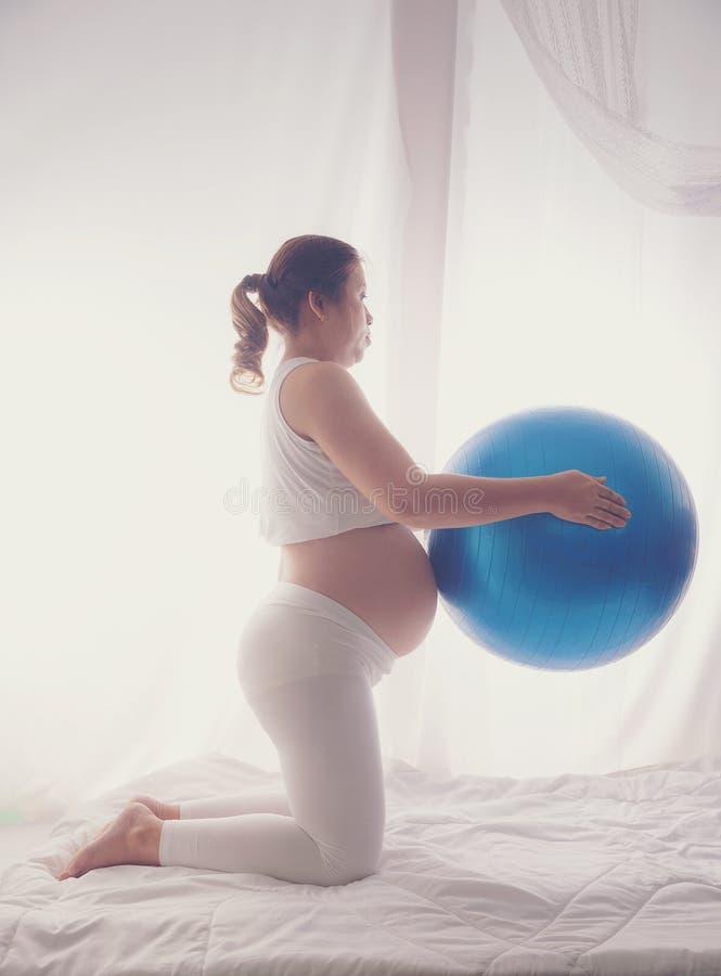 Eine schwangere Frau sollte sich für das Kind in der Gebärmutter der Übung für gute Gesundheit interessieren stockbilder