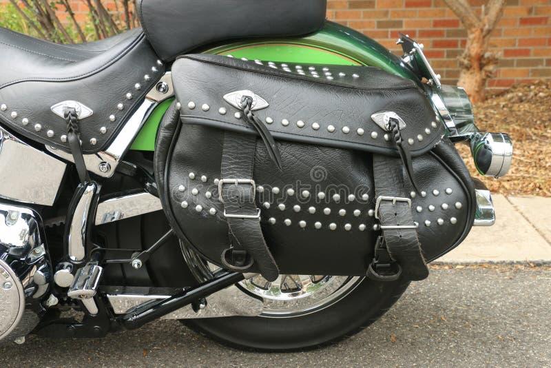 Eine schwarze lederne Motorradsatteltasche mit Bolzen, Fransen und Schnallen lizenzfreie stockbilder