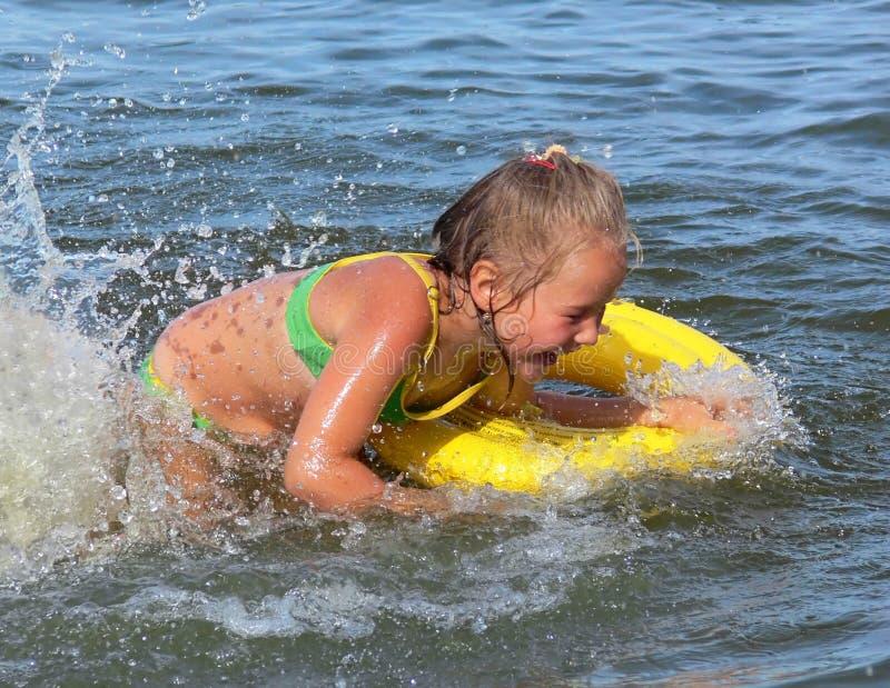 Eine Schwimmen des kleinen Mädchens lizenzfreie stockbilder