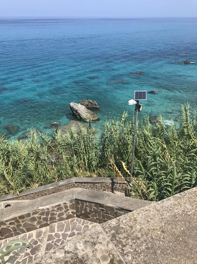 Eine Seebucht mit malerischen Bergen lizenzfreie stockfotos