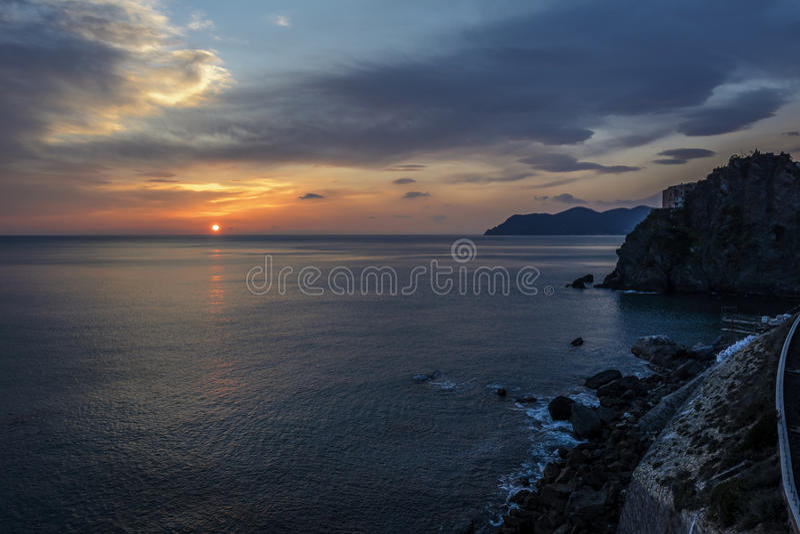 Eine Seebucht mit malerischen Bergen lizenzfreie stockbilder