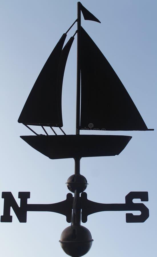 Eine Segelbootwetterfahne stockfotos