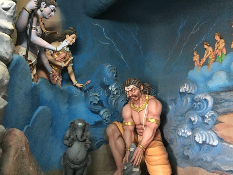 Eine Skulptur, die Dämon König Ravana vorbereitet ein Idol von Lord Shiva darstellt stockfotos