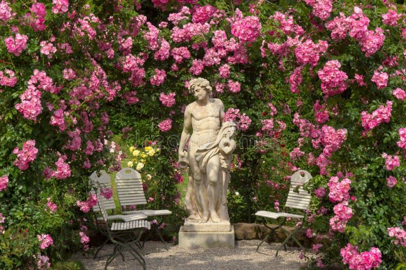Eine Skulptur in einem Rosengarten in Baden-Baden stockfotos