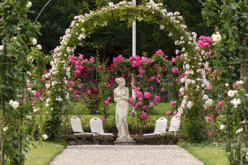 Eine Skulptur in einem Rosengarten in Baden-Baden lizenzfreies stockfoto