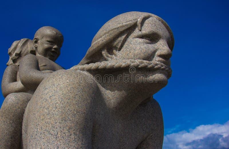 Eine Skulptur in Frogner-Park Oslo lizenzfreie stockfotografie