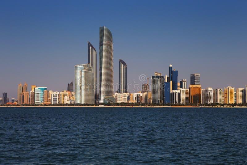 Eine Skylineansicht der Corniche-Straße West, wie von Marina Mall, Abu Dhabi, UAE gesehen stockfotos
