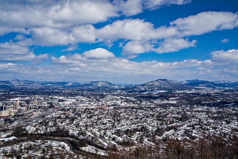 Eine Snowy-Ansicht des Roanoke-Tales mit den Bergen im Hintergrund stockbilder