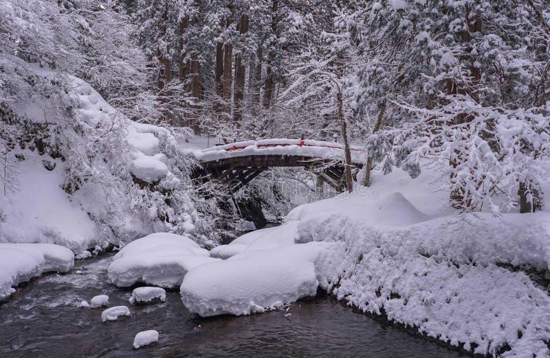 Eine Snowy-Brücke in Nord-Japan lizenzfreies stockbild