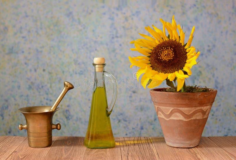 Eine Sonnenblume in einem Topf mit Öl lizenzfreies stockfoto