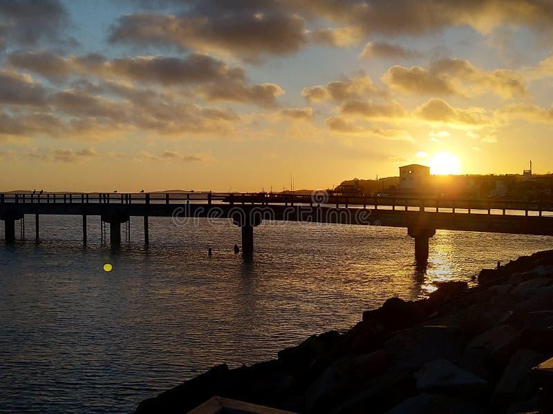 Eine Sonnenuntergangansicht des Piers im Hafen von Sassnitz stockbilder