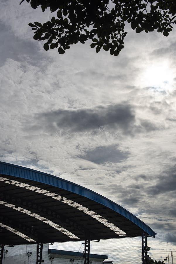 Eine Sporthalle mit Bogendach, in der zwischen den beiden Seiten Metallplatten und durchsichtige Bleche zu sehen sind lizenzfreie stockfotografie