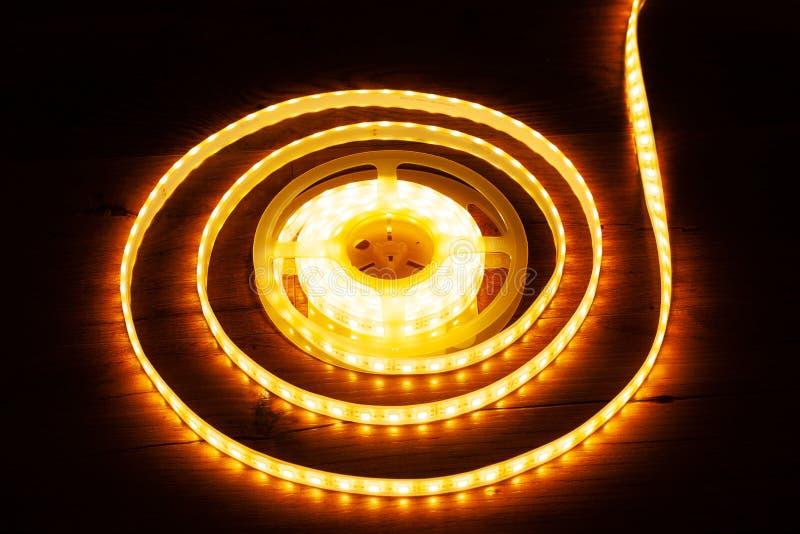 Eine Spule von LED-Zierleiste zum Belichten von Nischen im Haus lizenzfreie stockbilder