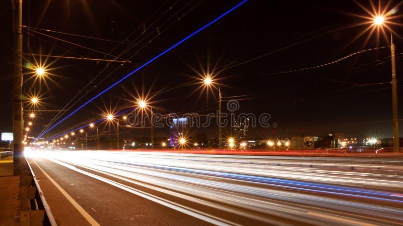 Eine Spur von den Autoscheinwerfern Nacht, lange Belichtung lizenzfreies stockfoto