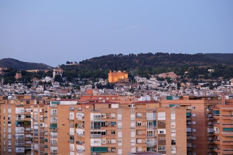 Eine Stadtbildansicht in der Dämmerung von Granada am Abend stockbild