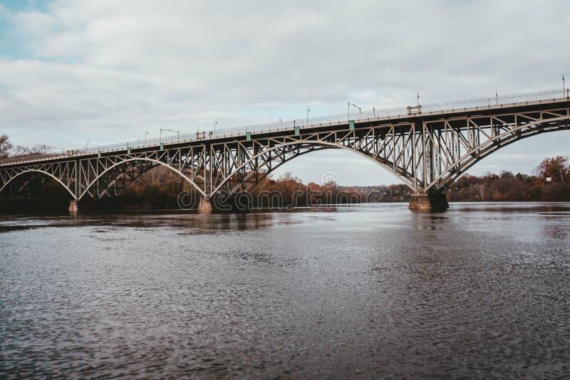 Eine Stahlbrücke über einem Fluss stockfotos