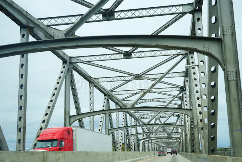 Eine Stahlbrücke über Fluss Mississipi lizenzfreie stockfotos