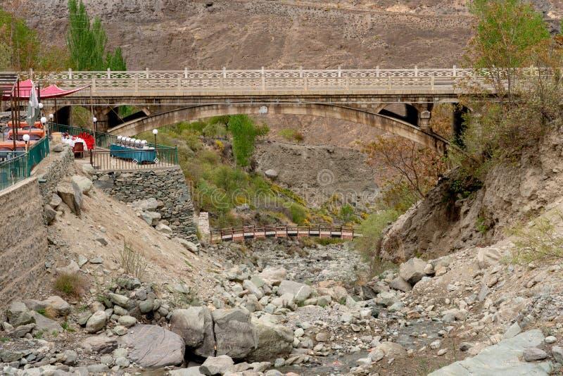 Eine Stahlbrücke über trockenem Strom an Raksposhi-Standpunkt stockbild