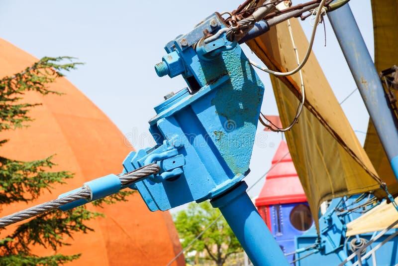 Eine Stahlfußgängerbrücke tenso Struktur mit Haltestangen und Spurstangen an einem sonnigen Tag mit einem blauen Himmel stockbild