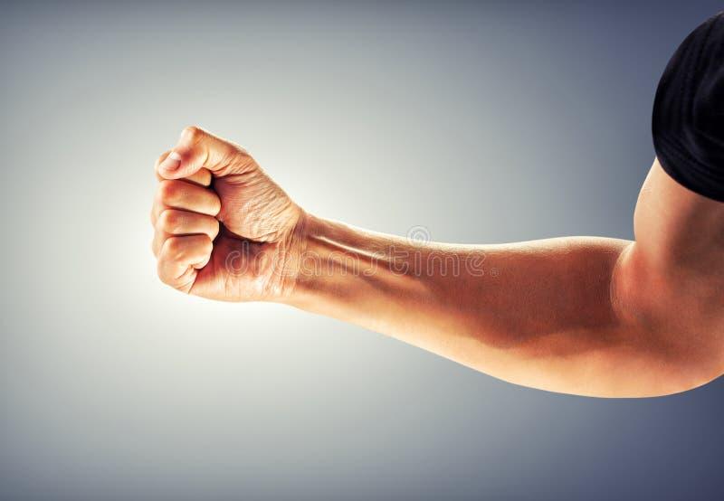 Eine starker Mann ` s Hand verbog in eine Faust lizenzfreies stockfoto