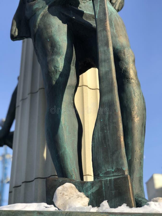 Eine Statue eines Mannes mit einer Axt in der Mitte von Irpin-Stadt - Kyiv Oblast in Ukraine im Winter stockbild