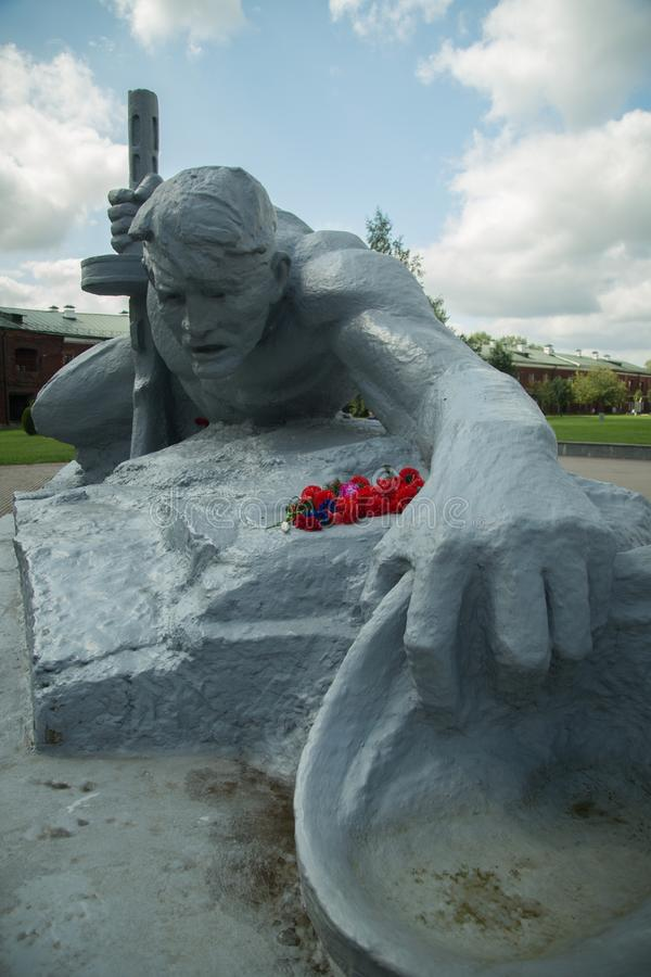 Eine Statue eines Soldaten, der über Wasser kriecht brest stockfotografie