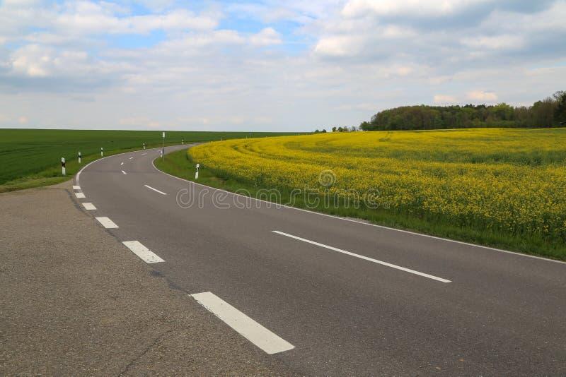 Eine Steilkurve unter den Feldern und den Wiesen lizenzfreies stockbild