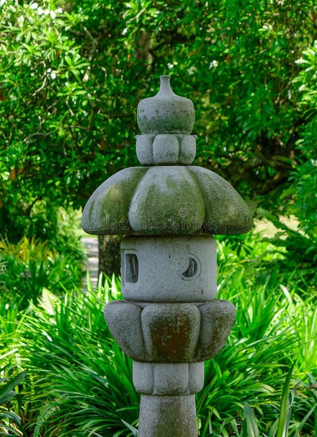 Eine Steinlaterne am grünen Park stockfoto