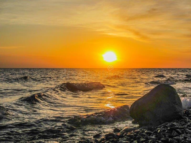 Eine Steinstellung nahe dem Ufer von See bei Sonnenaufgang stockfotos