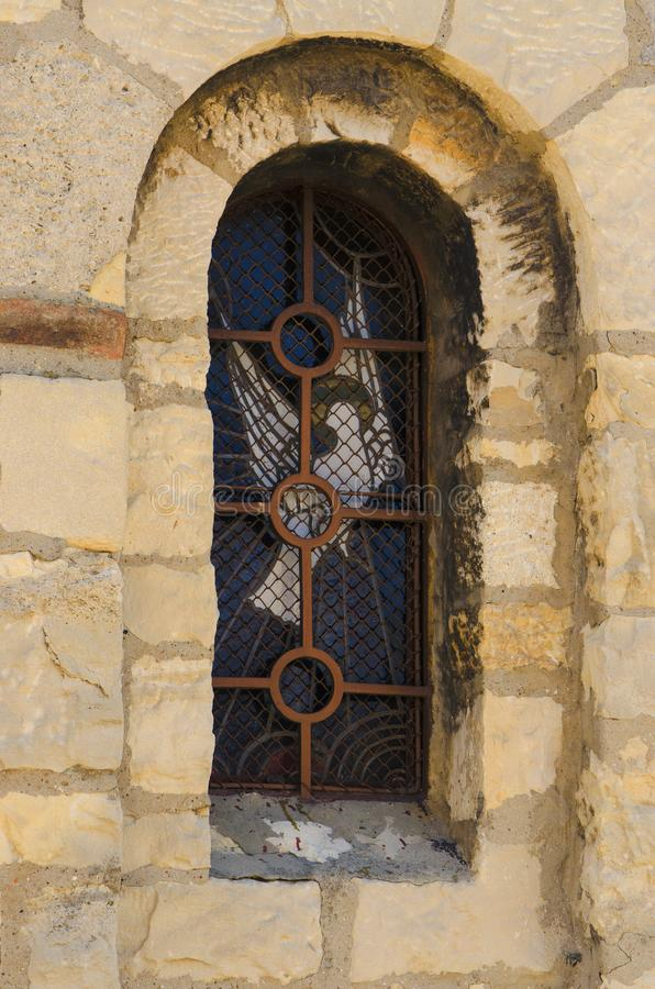 Eine Steinwand und ein Fenster auf der orthodoxen Kirche nannten das ruzica stockfoto