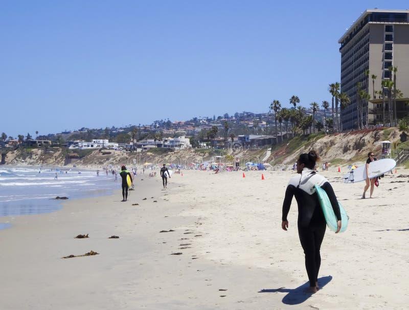 Eine Stelle auf dem pazifischen Strand populär mit Surfern stockbild