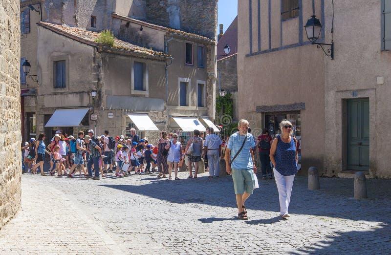 Eine Straße in alter Stadt Carcassones mit kleinen touristischen Shops und Café stockbilder