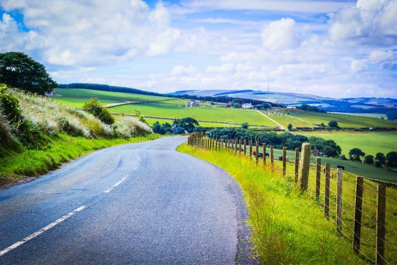 Eine Straße in der Landschaft, schottische Sommerlandschaft, Ost-Lothians, Schottland, Großbritannien lizenzfreie stockfotos