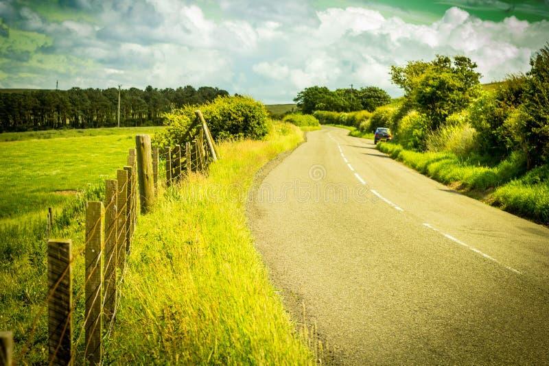 Eine Straße in der Landschaft, schottische Sommerlandschaft, Ost-Lothians, Schottland, Großbritannien lizenzfreies stockfoto