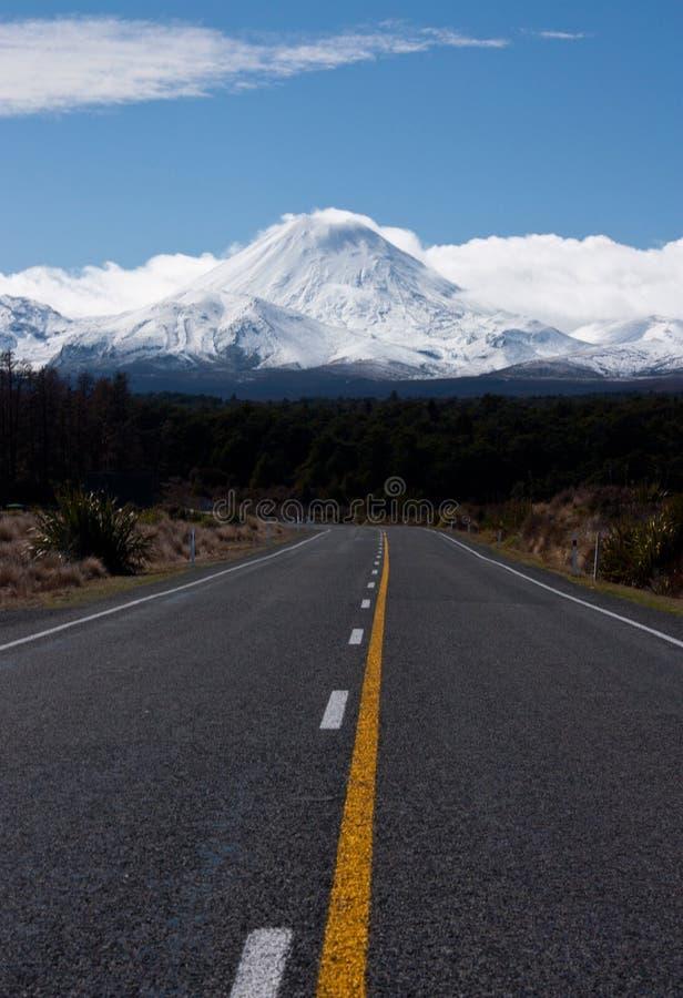Eine Straße, die in Richtung des Ngauruhoe/Mt führt Schicksal umfasst im Schnee in den Wolken in der Nordinsel in Neuseeland stockbilder