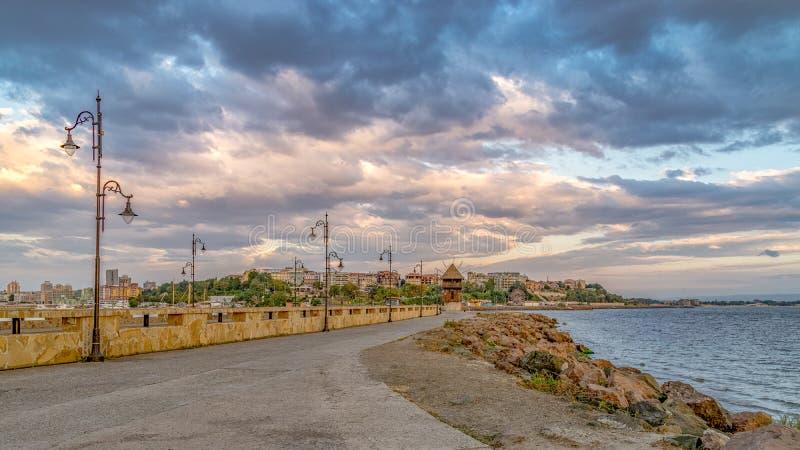 Eine Straße, die zu alte Stadt Nessebar bei Sonnenaufgang, einer der bedeutenden Badeorte auf der bulgarischen Schwarzmeerküste N lizenzfreies stockfoto