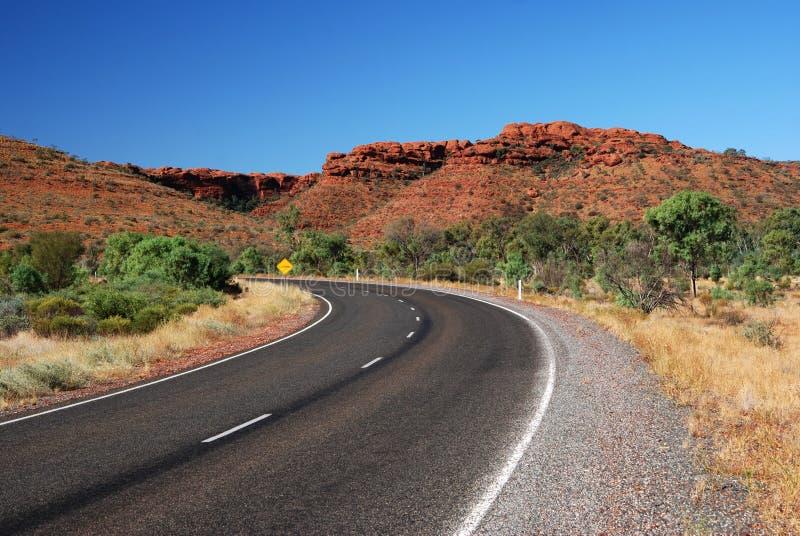Eine Straße in einer Wüste stockbilder