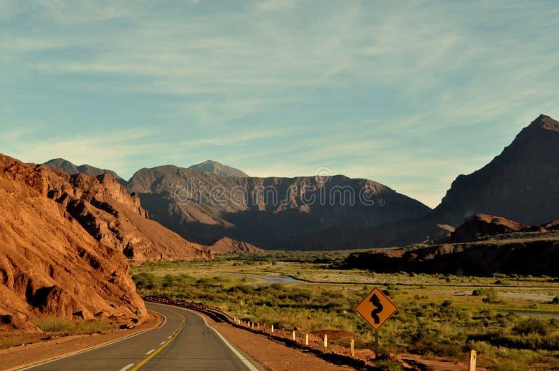 Eine Straße in einer Wüste lizenzfreies stockbild
