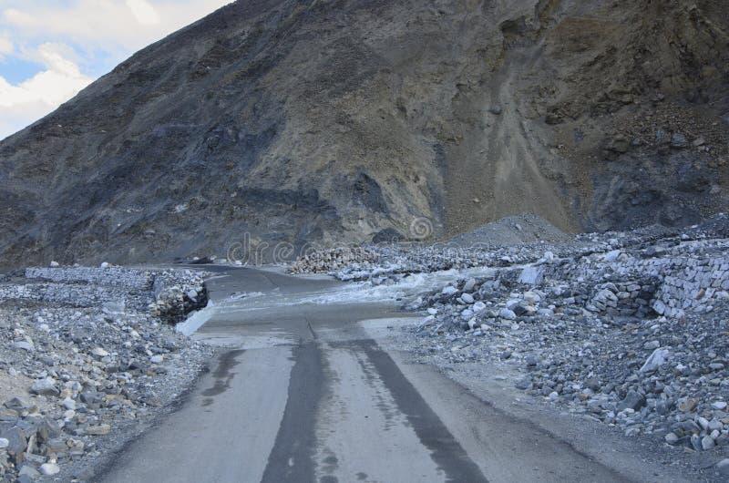 Eine Straße entlang dem Pangong See des Bezirkes Ladakh in Jammu und Kashmir von Indien stockfoto
