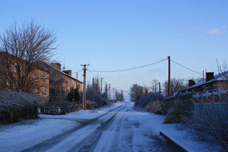 Eine Straße ist in einem Dorf lizenzfreie stockfotografie