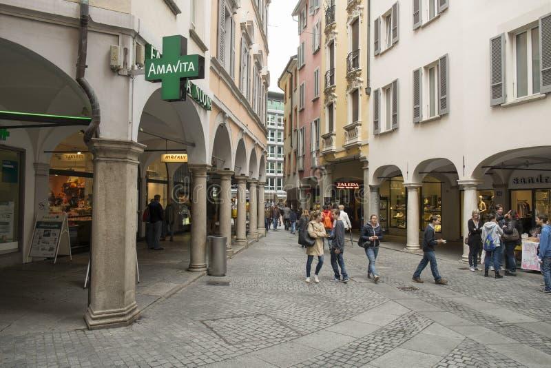 Eine Straße mit touristischen Geschäften und Café in Lugano, die Schweiz stockbild
