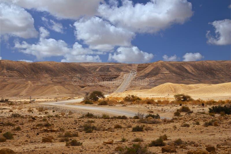 Eine Straße zum Nirgendwo in der Wüste lizenzfreies stockbild