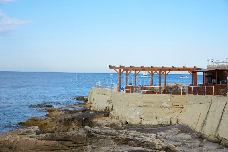 Eine Strandbar in Malta stockfotos