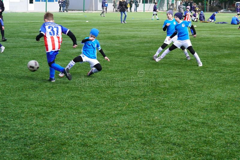 Eine Szene des Fußballspiels eines Jungen Kind-` s Fußball-Team auf der Neigung Fußballübungsfeld der Kinder jung lizenzfreie stockbilder