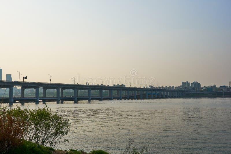 Eine szenische Ansicht von Jamsu-Brücke bei Han River in Seoul, Südkorea während des Sonnenuntergangs lizenzfreie stockfotos