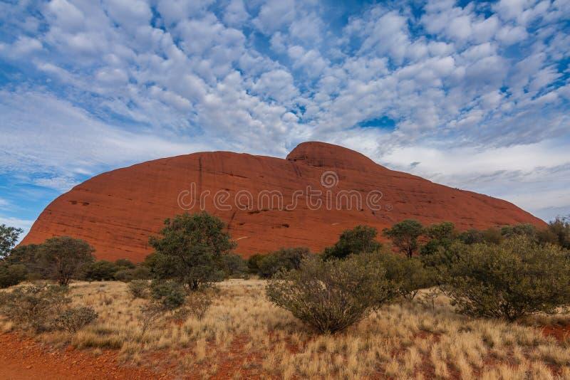 Eine szenische Ansicht von Kata Tjuta - das Olgas an einem sonnigen Tag, Australien lizenzfreies stockfoto