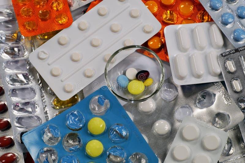 Eine tägliche Dosis der Medikation auf dem Hintergrund des Verpackens mit p stockfotos