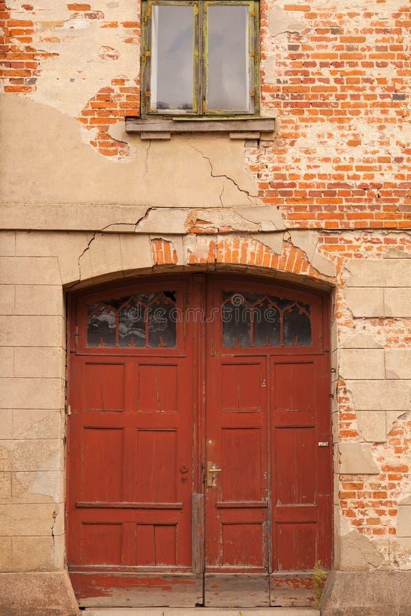 Download Eine Tür In Einer Alten Wand Stockfoto - Bild von ruine, real: 26366720
